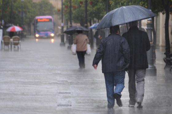 La lluvia, el viento y el granizo han sido las protagonistas de la jornada. Numerosas calles se han visto anegadas por el agua.  Foto: M. Aranda