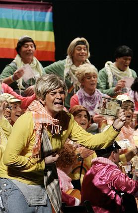 El coro de Valdés reivindicó con buen humor los derechos de las lesbianas.   Foto: Lourdes de Vicente