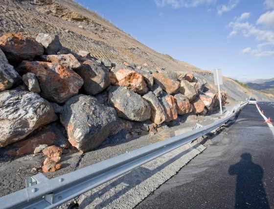 La piedras están a punto de caer sobre la calzada, después de haberla levantado.  Foto: Salvador Rodriguez