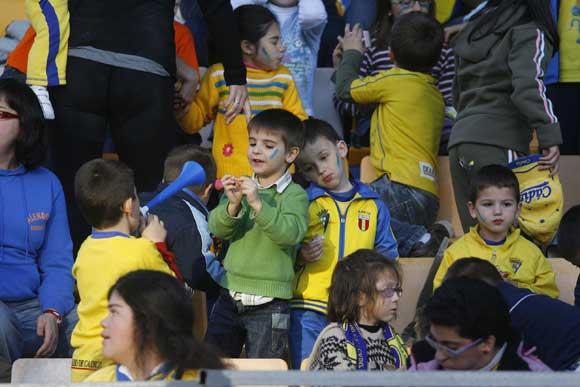 El ambiente carnavalesco empezó a hacerse notar en el Carranza con un grupo de jovencísimos aficionados que acudieron al partido con disfraces y con las caras pintadas  Foto: Joaquin Hernandez \'Kiki\'