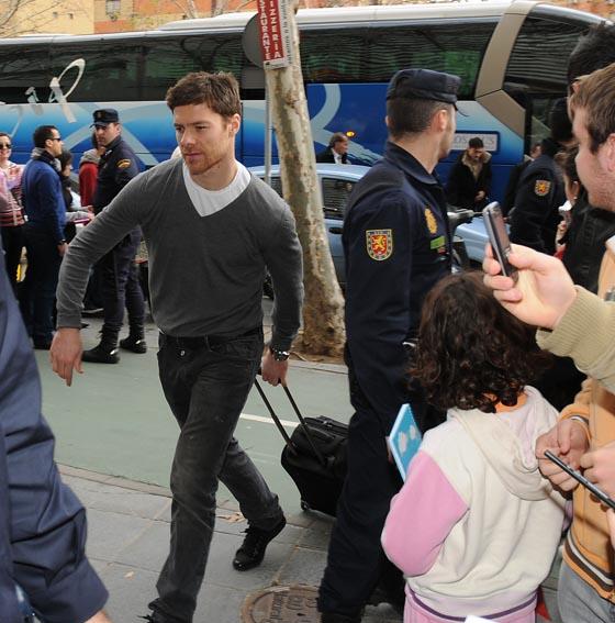 El jugador del Liverpool, Xabi Alonso, a su llegada a Sevilla para jugar con la selección española.  Foto: Juan Carlos Vazquez