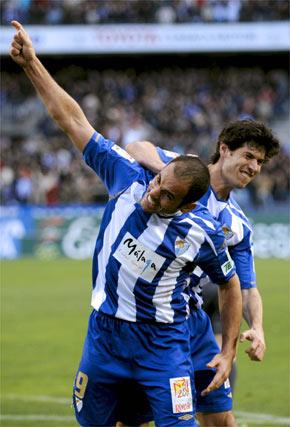 Luque felicita a Salva tras su primer gol  Foto: Jorge Guerrero (EFE)
