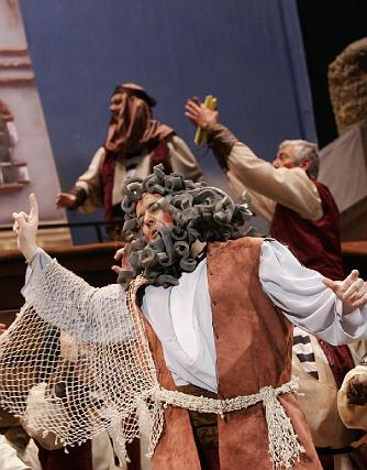 Manué no ceja en su empeño de construir el arca.   Foto: Lourdes de Vicente