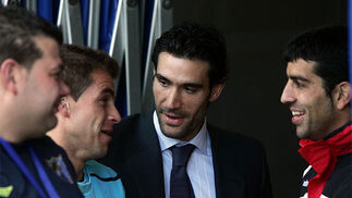 Minutos antes del partido, el jugador malagueño Juanito saludó a su ex compañeros Duda y Fernando Sanz.  Foto: Victoriano Moreno
