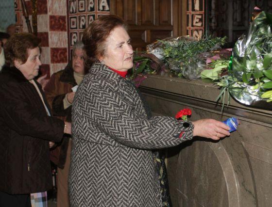 Personas venidas desde muy diferentes puntos de la geografía española se acercan hasta su tumba.  Foto: Pepe Torres
