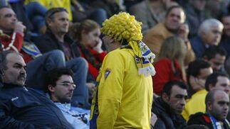 Otra más de las muchas personas que acudieron al estadio con algún abalorio carnavalero.  Foto: Joaquin Hernandez \'Kiki\'