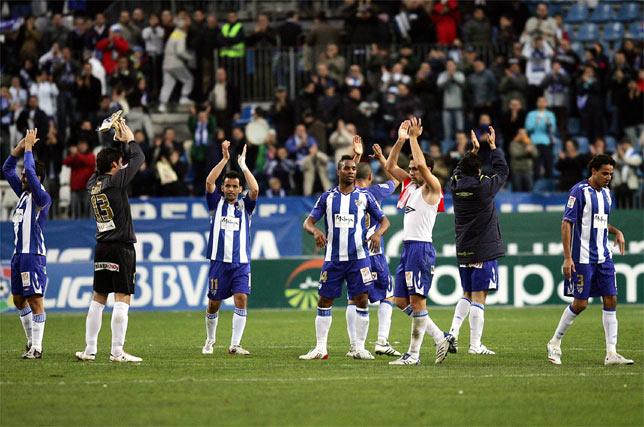 Al final del partido, los jugadores aplaudieron a la afición, que enloqueció en la segunda mitad.   Foto: Victoriano Moreno