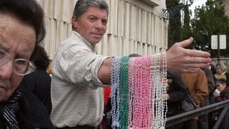 La venta de artículos religiosos y recuerdos del fraile prolifera en los alrededores de su templo.  Foto: Pepe Torres