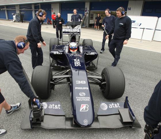 El monoplaza de Hülkenberg, del equipo Williams, recibiendo los últimos retoques de sus mecánicos.  Foto: J. C. Toro