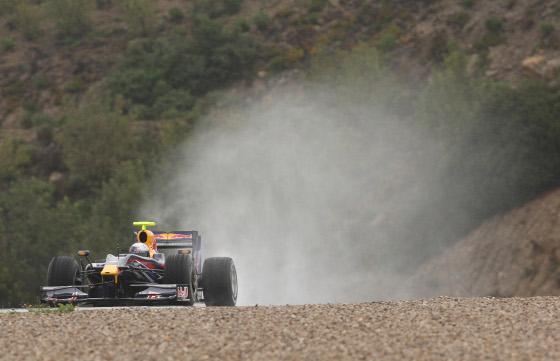 El Red Bull de Vettel, levantando una cortina de agua.  Foto: J. C. Toro