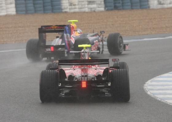 Vista trasera del Toro Rosso de Buemi y, delante, el Red Bull de Vettel, trazando una curva del Circuito de Jerez.  Foto: J. C. Toro