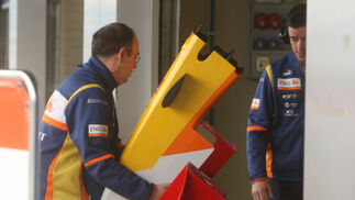 Un mecánico de Renault, con el alerón del R29.  Foto: J. C. Toro