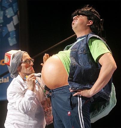 ´El Bolea´ examina a uno de los embarazados de Manolo Santander.  Foto: Jesus Marin