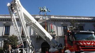 El nuevo vehículo de bomberos es el más alto de Europa.  Foto: Mar?de la Cruz / Esther Falc?