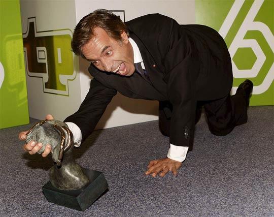 Imanol Arias, premiado como mejor actor, bromea con la caída de su premio.   Foto: EFE