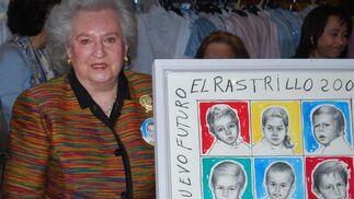 La Infanta posa junto al cartel de esta edición del Rastrillo.  Foto: Alvaro Olmo