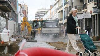 Una mujer intenta pasar por la calle Niebla que se encuentra totalmente en obras.  Foto: Belén Vargas