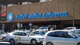 Puerta del hotel Meliá Lebreros, donde se celebra el Rastrillo de Nueva Futura.  Foto: Alvaro Olmo