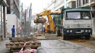Las grúas y camiones realizan sus labores de trabajo.  Foto: Belén Vargas