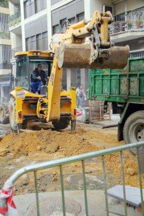 La escavadora levanta el asfaltado de la calle Niebla.  Foto: Belén Vargas