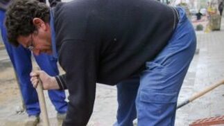 Los trabajadores excavan en la calle para la mejora de abastecimiento.  Foto: Belén Vargas