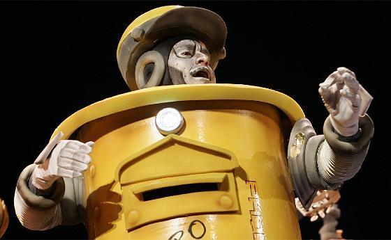 El robot cartero de la chirigota Los mákina.  Foto: Lourdes de Vicente