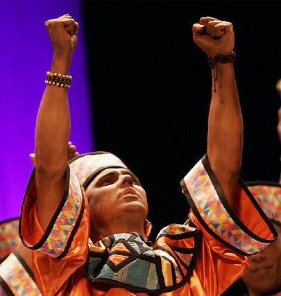 Puños al cielo en el canto a África de la comparsa Voces.  Foto: Lourdes de Vicente