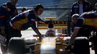 Alonso fue capaz de dominar los tiempos de los coches 2009 hasta casi tres minutos antes de finalizar la sesión, cuando su ex compañero Hamilton se lo arrebató por escasas dos décimas.  Foto: J. C. Toro