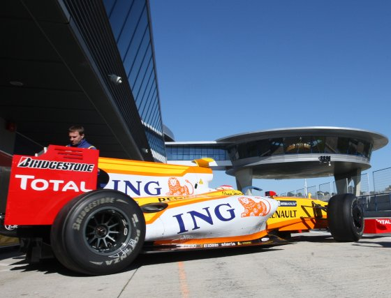 Alonso exprimió a fondo las posibilidades de su R-29 y al igual que ayer jueves, realizó una maratoniana sesión de 109 vueltas.  Foto: J. C. Toro