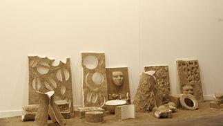 Escultura, arena y ceniza en la pieza de Antonio Sosa.  Foto: Alberto Morales
