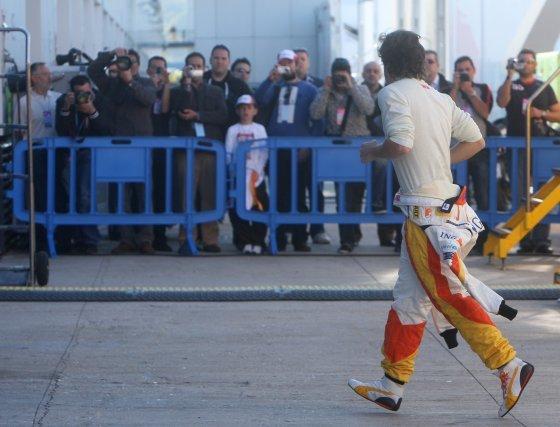 Fernando Alonso fue perseguido por el objetivo de las cámaras de muchos aficionados.  Foto: J. C. Toro