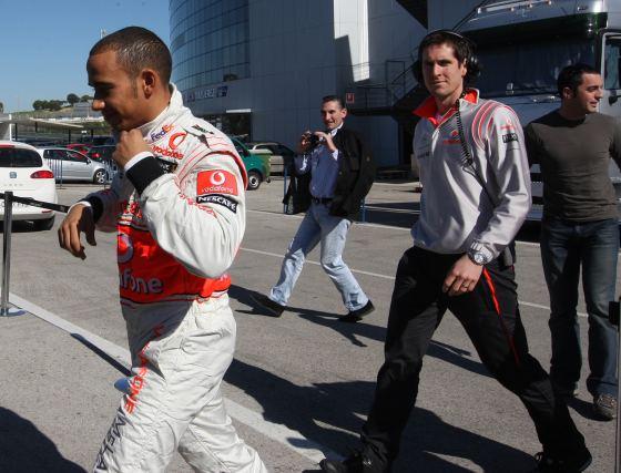 Hamilton rodó con el monoplaza de 2009 aunque con el alerón trasero de la pasada campaña, que ofrece más carga aerodinámica y mejora las prestaciones del monoplaza.  Foto: J. C. Toro