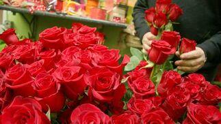 Montando un ramo de rosas en Los Claveles.  Foto: Victoria Hidalgo - Belén Vargas