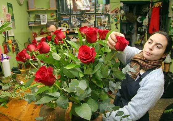 Preparando un ramo de rosas en Los Claveles.  Foto: Victoria Hidalgo - Belén Vargas