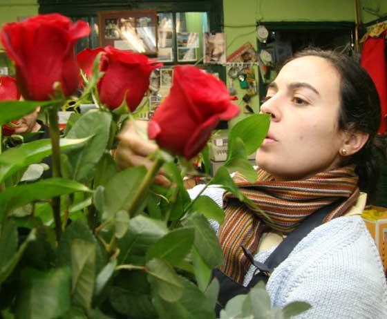 Retocando el ramo en Los Claveles.  Foto: Victoria Hidalgo - Belén Vargas