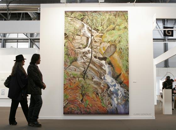 Varias personas observan este lienzo de Curro González.  Foto: Alberto Morales