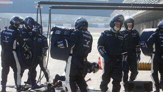 Los mecánicos del equipo Williams se disponen a recibir el monoplaza de Nico Rosberg.  Foto: J. C. Toro