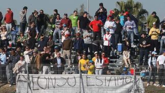 Los aficionado colocaron diversas pancartas, ésta alusiva a Alonso.  Foto: J. C. Toro