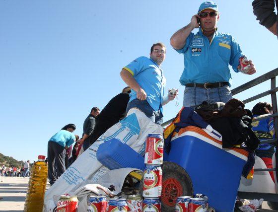 Algunos asistentes trajeron bebidas y comestibles para sobrellevar la jornada en la que lució el sol y la temperatura alcanzó los 19 grados.  Foto: J. C. Toro