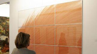 Una persona detenida delante de una obra de arte.  Foto: Alberto Morales