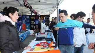 El público se acercó a los numerosos puestos disponibles con diferente merchandising como camisetas, gorras y banderas.  Foto: J. C. Toro
