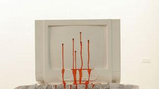 El naranja destaca sobre el blanco de esta obra.  Foto: Alberto Morales