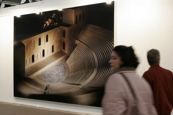 Dos personas caminan por la galería.  Foto: Alberto Morales