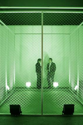 La luz es el protagonista de esta obra que observan dos personas.  Foto: Alberto Morales