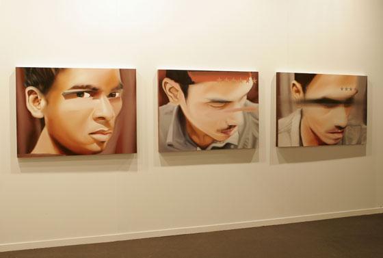 Estos tres lienzos representa las caras de diferentes personas.  Foto: Alberto Morales