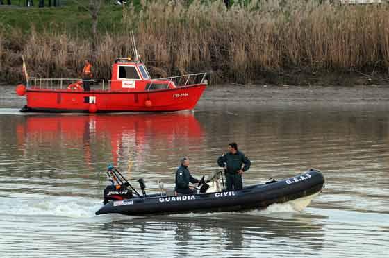 Una lancha de la Guardia Civil, en el río. / Juan Carlos Vázquez