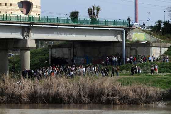Numerosos periodistas y curiosos observan las labores de rastreo. / Juan Carlos Vázquez