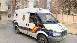Un furgón traslada a uno de los implicados en la desaparición de Marta del Castillo. / Manuel Gómez