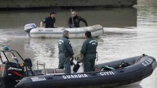 Una lancha de la Guardia Civil, en el río. / Antonio Pizarro