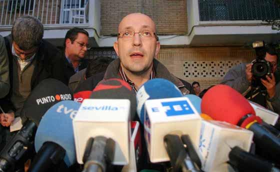 El portavoz de la familia y tío de la joven, durante su intervención. / Belén Vargas
